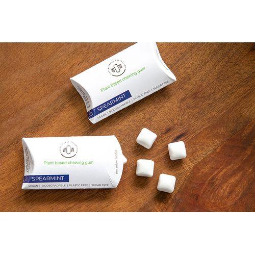 Un chewing-gum 100% naturel à base de plantes, végan et biodégradable, présenté dans son propre emballage promotionnel.