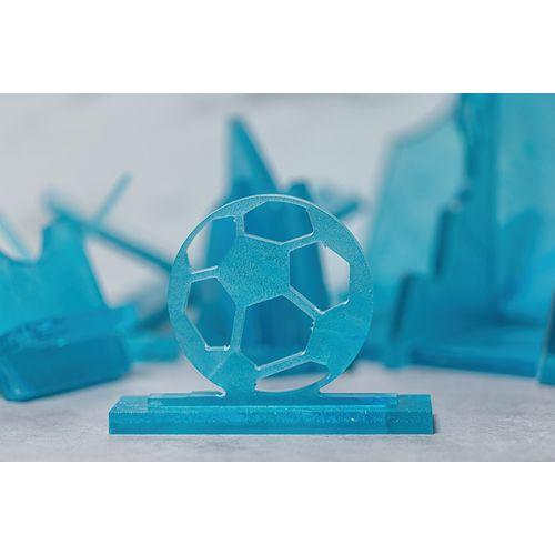 Trophée du prix du football fabriqué avec des masques faciaux recyclés