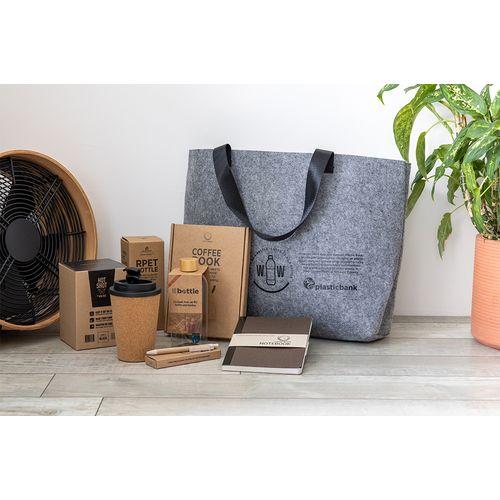 Le sac est complètement rempli de beaux articles durables