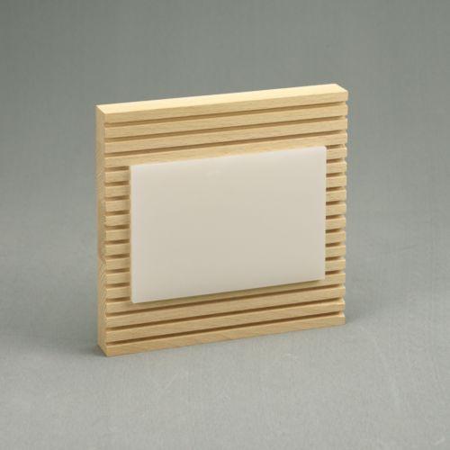 Plaque en bois avec insert en plexiglass